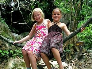 Khao Sok Nationalpark: Zwei Kinder bei der Dschungelwanderung