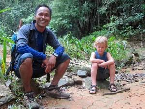 Reisender und Guide im Khao Sok beim Dschungeltrekking - Cheow Lan See