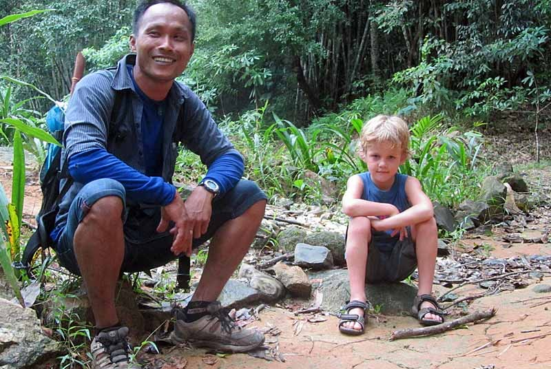 Reisender und Guide im Khao Sok beim Dschungeltrekking