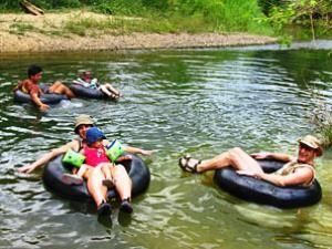 Reisende tuben auf dem Fluss im Khao Sok - Cheow Lan See