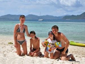Eine vierköpfige Familie am Strand von Koh Phangan
