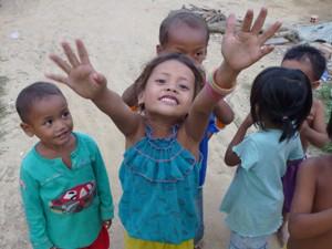 Mädchen lacht und streckt Arme aus