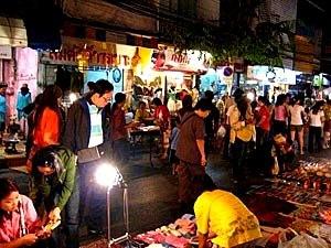 Der Night Market in Chiang Mai mit bunten Ständen