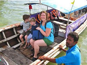 Familie im Longtailboot auf dem Weg nach Railay Bay