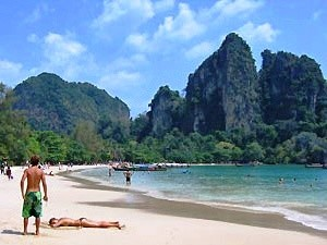 Ao Nang: Reisende am Strand von Railay Bay
