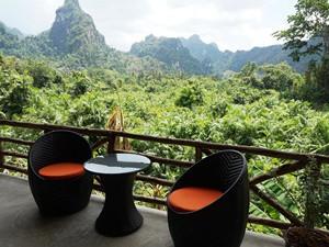Thailand Highlights: Terasse der Anurak Lodge im Dschungel des Khao Sok