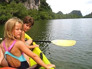 Thailand Highlights: Kinder unterwegs mit dem Kanu im Khao Sok