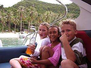 Koh Phi Phi: Kinder im Speedboot unterwegs