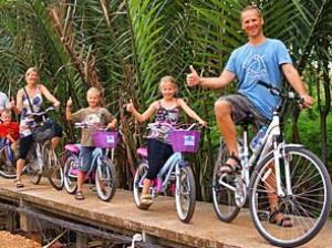 Eine Familie bei der Fahrradtour durch Bangkok
