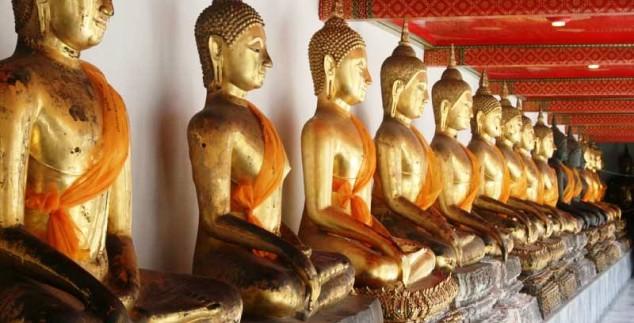 Buddha Statuen aus Gold in einem Tempel in Thailand