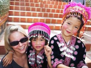 Chiang Mai Trekking: Reisende mit zwei thailändischen Mädchen in Chiang Mai