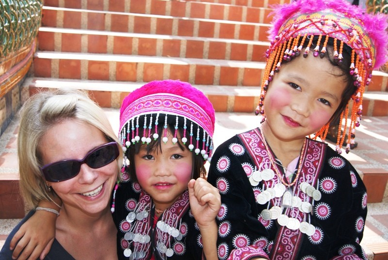 Reisende mit zwei thailändischen Mädchen in Chiang Mai