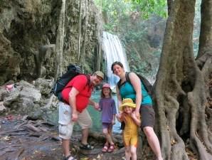 Zusammen die Ebenen des Erawan Wasserfalls erkunden