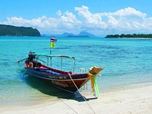 Longtailboot am Strand von Koh Samui mit Kindern