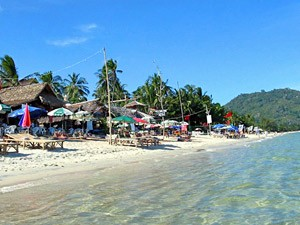 Strand mit Sonnenschirmen auf Koh Samui mit Kindern