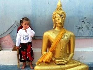 Die kleine Mia neben dem Buddha