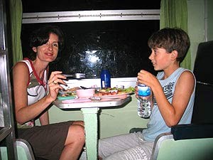 Reisende beim Abendessen im Nachtzug von Ayutthaya nach Chiang Mai