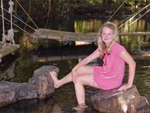 Kleines Mädchen im Fisch-Spa von Khanom