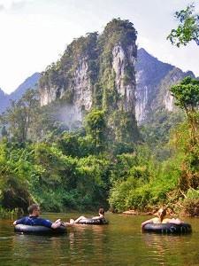 Tubing im Khao Sok Nationalpark vor Kalksteinfelsen-Kulisse