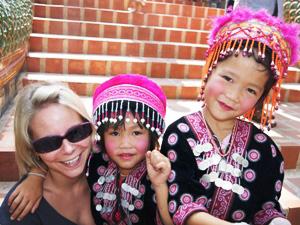 Nordthailand - Reisende mit einheimischen Kindern in Chiang Mai