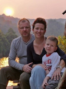 Den Sonnenuntergang als Familie genießen