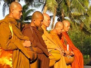 Thailand Highlights: Mönche mit ihren Bettelschalen in Thailand