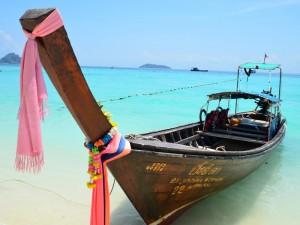 Longtailboot, dass am Strand angelegt hat mit wunderschönem Hintergrund