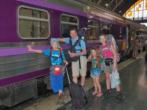 Nachtzug in Bangkok mit einer Familie