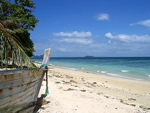 Koh Phangan mit Kindern: Strand in Thailand mit Boot