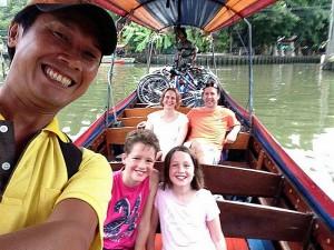 Longtailboot in Thailand mit einer Familie