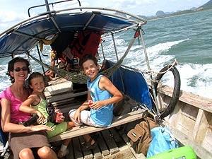 Thailand Familienreise: Familie im Longtailboot