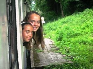 Thailand das Land des Lächelns: Zwei Mädchen im Nachtzug in Thailand