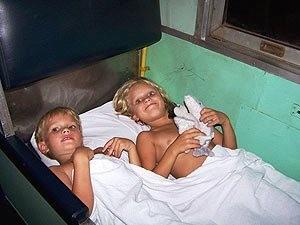 Kinder im Nachtzug in der Schlafkoje