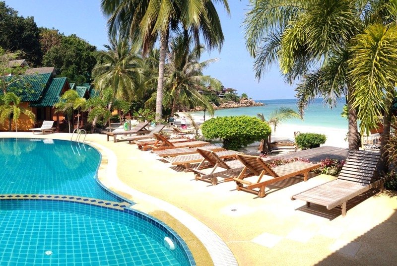 Pool am Strand in Thailand