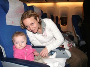 Mutter und Kind im Flugzeug