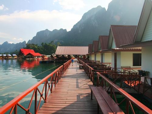 Steg der schwimmenden Unterkunft am Racha Praba See