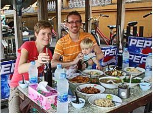 Abendessen mit der Familie in Thailand
