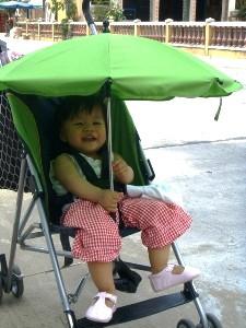 Thailändisches Kind im Buggy