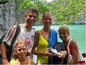 Familie in Thailand mit Kalksteinfelsen im Hintergrund