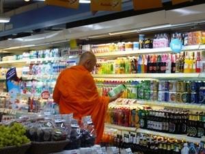 Mönch im Supermarkt