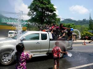 Mädchen zu Songkran in Thailand