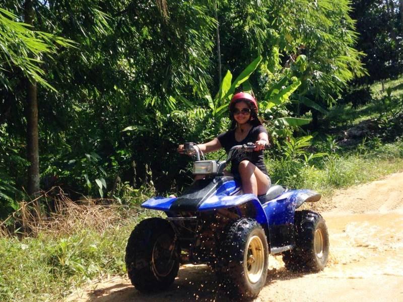 Mädchen beim Quad fahren auf Koh Samui
