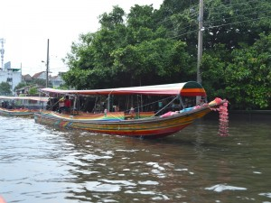 Mit dem Longtailboot auf dem Chao Phraya River in Bangkok