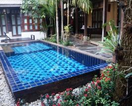 Der Pool in der Unterkunft in Chiang Mai