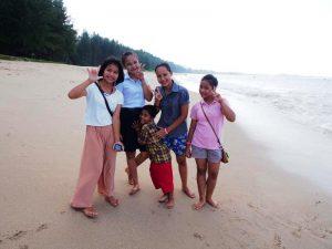Khao Lak mit Kindern am Strand