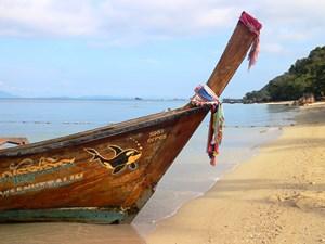 typisches Boot am Strand von Koh Yao Yai