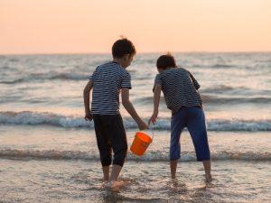 2 Wochen Thailand: Jungen am Strand in Thailand
