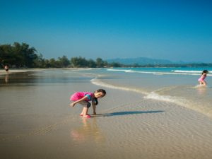Kind am Strand von Chumphon