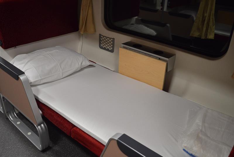 Ein Bett in der zweiten Klasse im Nachtzug in Thailand.