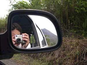 Autospiegel mit Aussicht auf dahinter liegendes